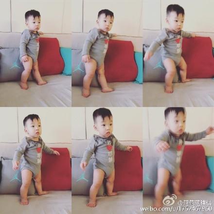 范玮琪爱子尝试站立身体不稳神态呆萌(图)
