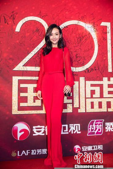[明星爆料]王鸥现身《国剧盛典》红毯秀长腿 与陈浩民合唱