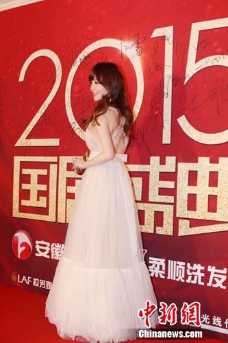 [明星爆料]金莎现身《国剧盛典》红毯 笑容甜美(图)