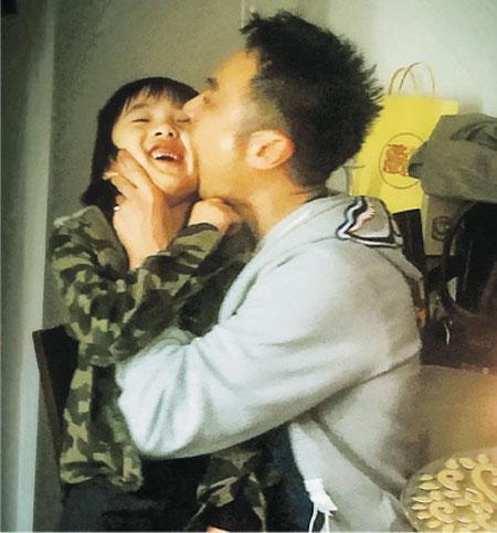 [明星爆料]吴镇宇庆53岁生日与爱子玩作一团 调皮咬儿子