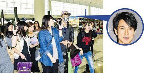 [明星爆料]吴尊戴口罩现身机场被粉丝包围 获送玩具(图)