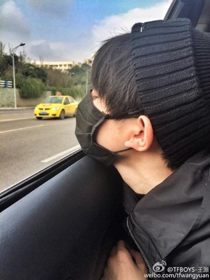 TFBOYS王源脸贴车窗闭眼睛:听说网红都这样自拍