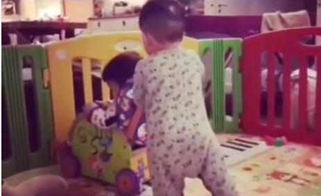 范玮琪分享爱子趣事:翔翔推坐在小车中的飞飞