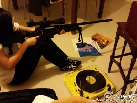 """""""小龙女""""爱刀枪 握""""冲锋枪""""摆出瞄准射击姿势"""