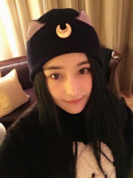 张馨予戴黑帽自拍 网友吐槽:撞脸范冰冰(图)