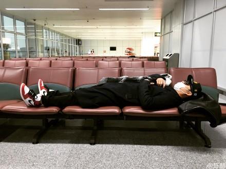 """陈赫赶早班机横躺座椅 自黑""""看飞机的吊儿丝儿"""""""