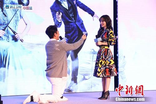 [明星爆料]贾乃亮掏巨型钻戒向李小璐求婚 幽默谈二胎:赶快生