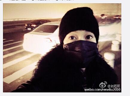 [明星爆料]刘若英戴口罩站雾霾中自拍 全身包裹严实(图)