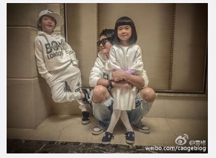 [明星爆料]曹格与儿女温馨合照 爱女变瘦造型呆萌(图)