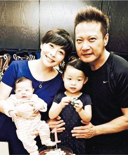 [明星爆料]汤盈盈曝小女儿中文名为钱凯琪 晒百日宴温馨照