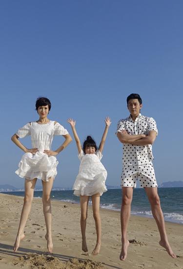 [明星爆料]陆毅与妻子女儿海边玩跳跃 长腿吸睛(图)