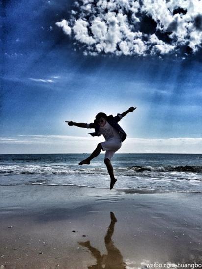 [明星爆料]黄渤沙滩上一跃而起 网友调侃:姿势太扭曲(图)