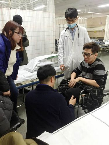 [明星爆料]品冠录影左腿意外受伤 目前无法站立(图)