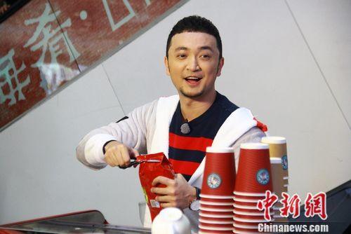 [明星爆料]《了不起的挑战》尼格买提卖咖啡 飙泪痛哭(图)