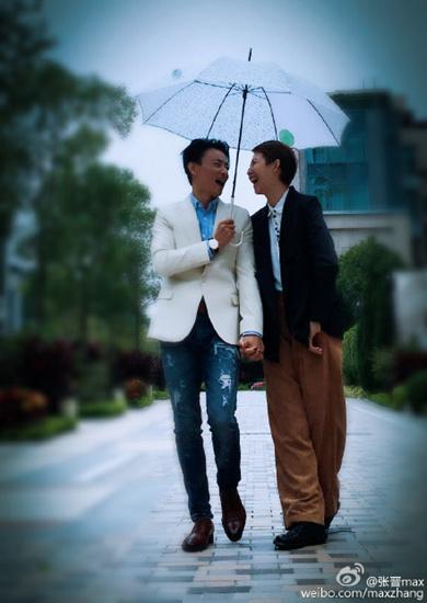[热点新闻]张晋与蔡少芬撑伞漫步:两个人总比一个人好(图)