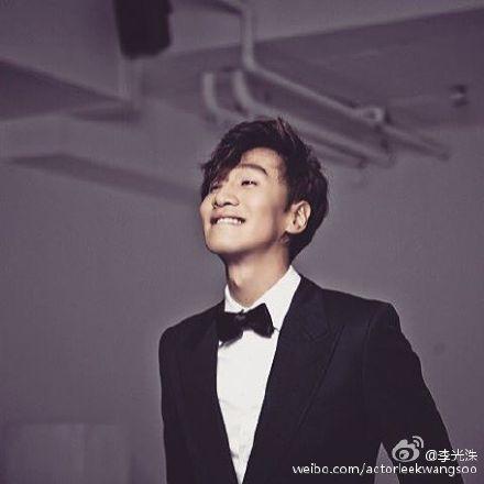 [热点新闻]李光洙穿西装露灿烂微笑 网友赞:我要表白你(组图)