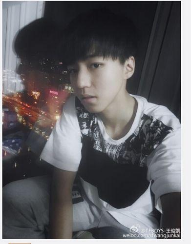 TFBOYS王俊凯穿短袖靠窗边自拍造型帅气(图)