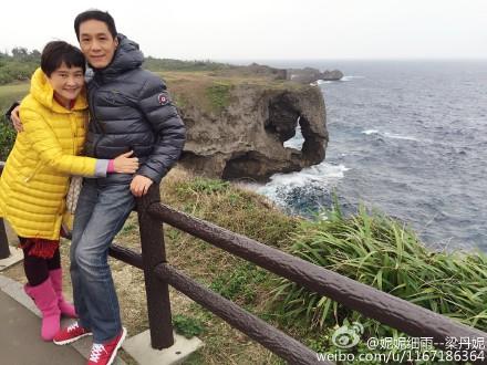 [热点新闻]冯远征夫妇罕见合影曝光 妻子揽其腰依偎怀中(图)