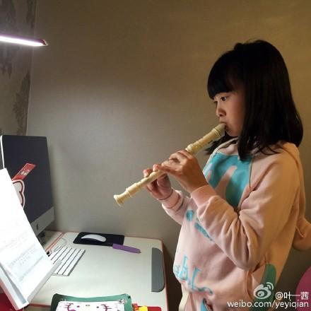 [热点新闻]叶一茜爱女学吹竖笛 弟弟有模有样模仿(图)