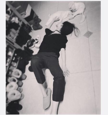 倪妮躺地板上与爱猫合影鞋子成亮点(图)