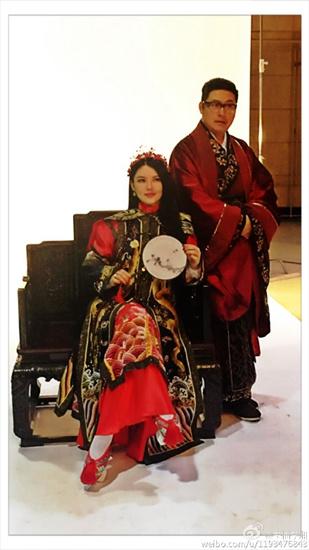[热点新闻]李湘晒与王岳伦合影秀恩爱 穿红色古装造型喜庆(图)