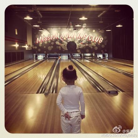 吴彦祖带女儿打保龄球网友感叹:男神女儿都这么大了