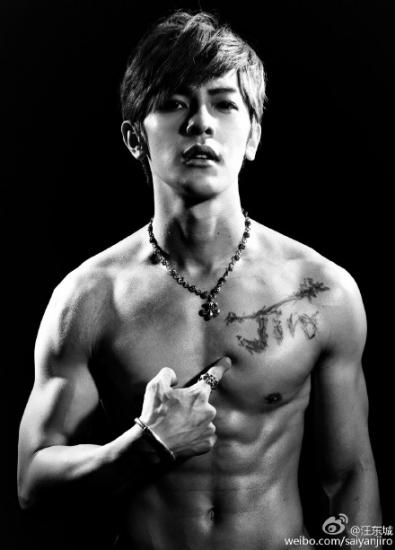 [热点新闻]汪东城晒赤裸上身写真 露大块胸肌(图)