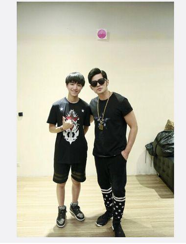王俊凯晒与周杰伦的生日合照 留言称:杰伦哥是我永远的榜样!