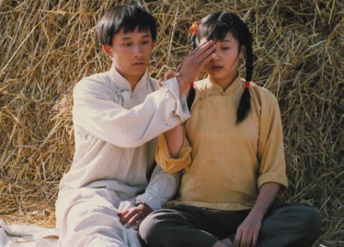 许晴26年前剧照曝光梳麻花辫与黄磊对望(图)