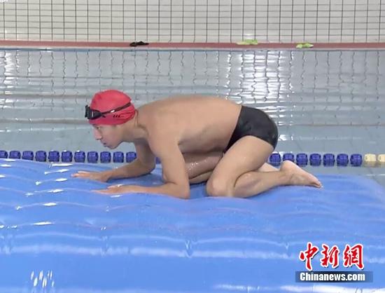 """[热点新闻]《了不起挑战》孙杨玩游戏 撒贝宁""""蛤蟆功""""搞笑"""