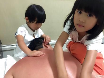 """[热点新闻]陆毅晒度假照 两女儿为其""""按摩""""模样可爱(图)"""