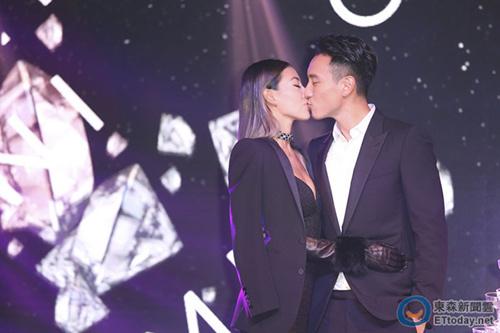 [热点新闻]王阳明、蔡诗芸婚后1月办新婚派对 深吻对望(图)
