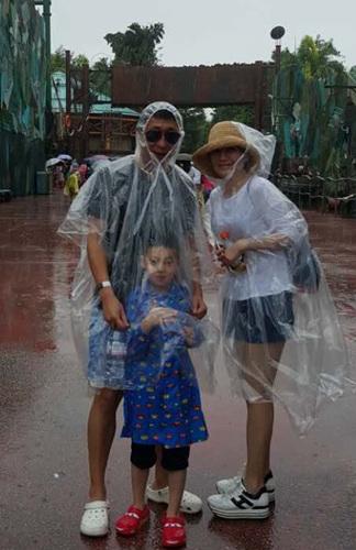 [热点新闻]林永健晒全家度假照 为儿子挡雨模样搞怪(图)