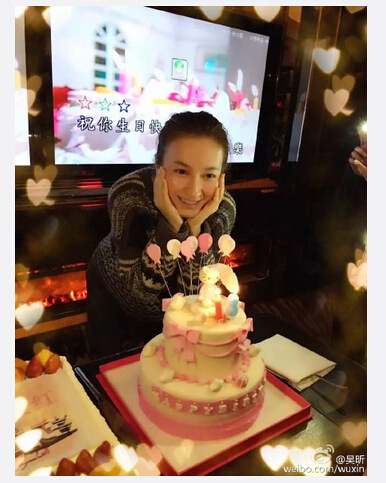 吴昕庆祝33岁生日在蛋糕前手托腮微笑(图)