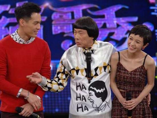[热点新闻]杨佑宁被问是否会与郭采洁复合语塞 女方害羞低头