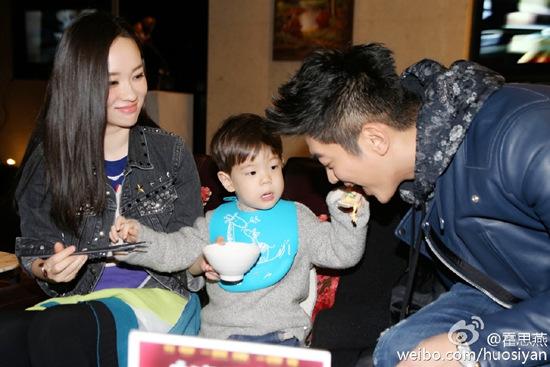 霍思燕与老公带儿子工作一家人吃东西画面温馨(图)
