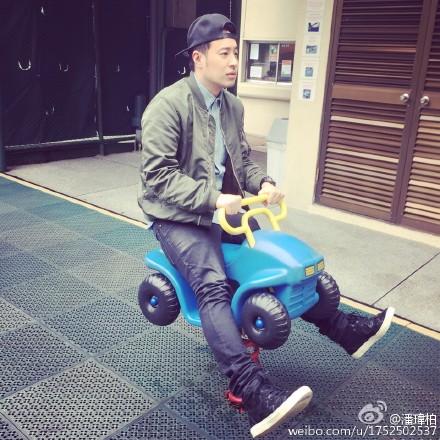 """[热点新闻]潘玮柏坐儿童玩具车欲\""""兜风\"""" 双腿伸直模样调皮"""