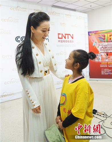 [热点新闻]谭晶获公益榜样奖 持续关注留守儿童(图)