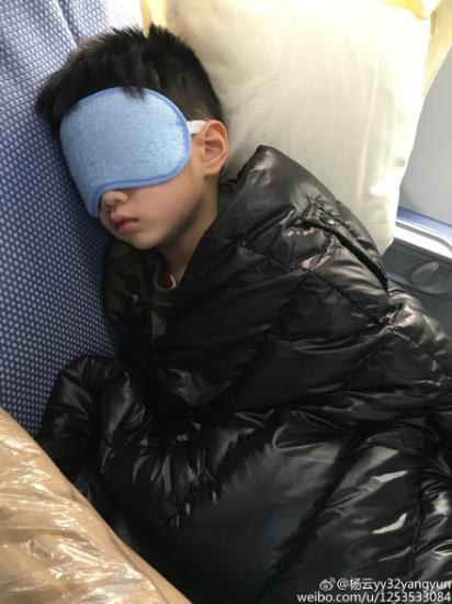 [热点新闻]杨阳洋上吐下泻戴大眼罩 嘴巴微撇脸色惨白(图)