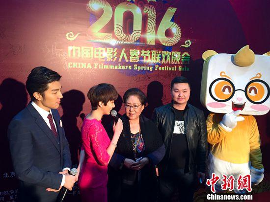 [热点新闻]第二届中国电影人春晚举行 斯琴高娃鞠躬为观众拜年