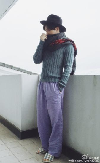 李易峰穿拖鞋帅气自拍网友:也就你穿了好看(图)