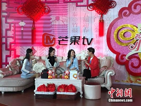 """杨钰莹与""""洛天依""""合唱自曝在家说话粗野(图)"""