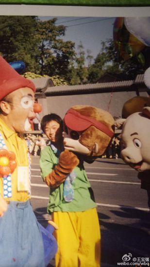 王宝强晒早年青涩照:16年前就扮过猴(图)