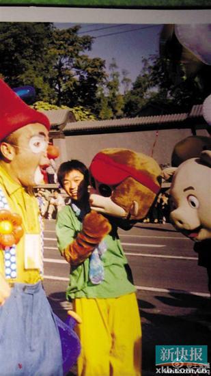 王宝强16年前扮猴旧照曝光 举猴子头套
