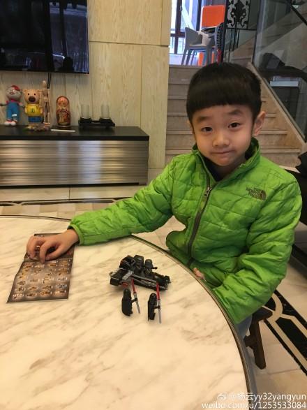 [热点新闻]杨威儿子大病初愈抿嘴微笑 网友:照顾好自己(图)