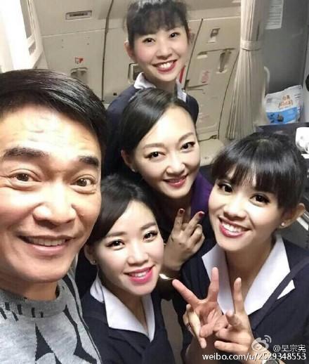 吴宗宪开心与空姐合影:过年空姐更辛苦了(图)