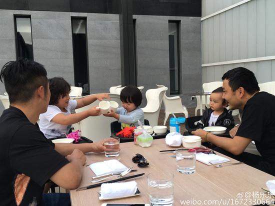 [热点新闻]汪涵与邹市明聚餐 儿子小沐沐出镜模样呆萌(图)