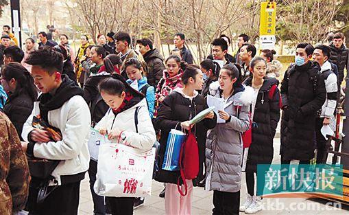 [热点新闻]北影开考表演本科收生45人 关晓彤现身(图)