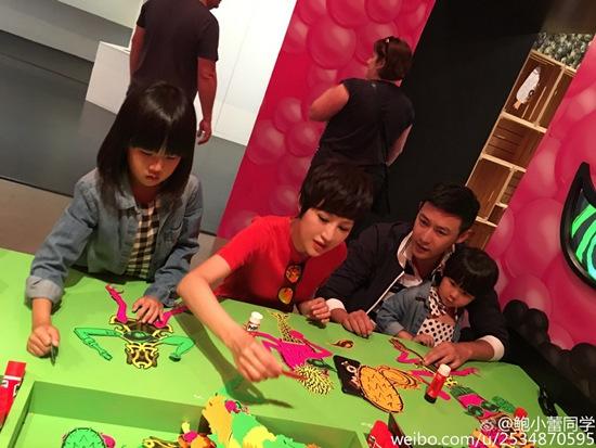 """[热点新闻]鲍蕾与陆毅陪两个女儿画画 获赞""""模范家庭""""(图)"""