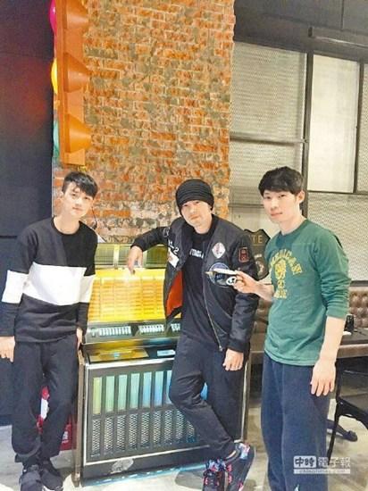 [热点新闻]昆凌投资姐姐咖啡店 周杰伦捧场与粉丝合影(图)